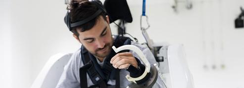 Un jeune homme paralysé remarche en pilotant son exosquelette par la pensée