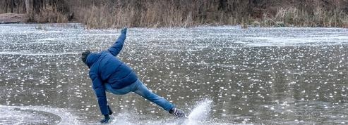 Mais pourquoi la glace est-elle si glissante?