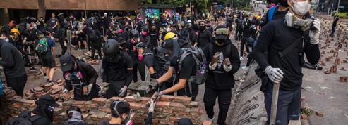 Hongkong: en versant dans la violence, les manifestants offrent des arguments à Pékin