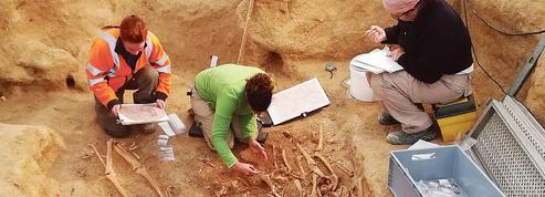Enquête méticuleuse, mais pressée, dans une sépulture du néolithique