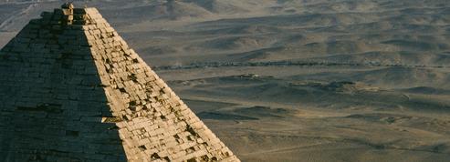 L'Égypte vue du ciel :vol au-dessus d'un nid de pyramides