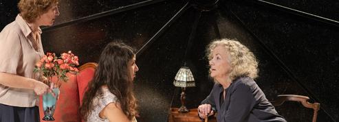 Au théâtre, Trois femmes sortent le très grand jeu