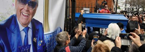 Pour dire adieu à Michou, Montmartre se repeint en bleu et en larmes