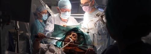 Une femme joue du violon pendant qu'on lui retire sa tumeur cérébrale
