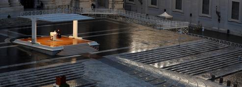 Seul place Saint-Pierre, le pape bénit Rome et le monde
