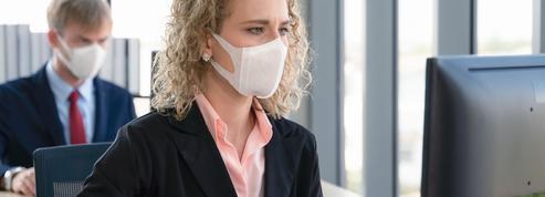 Le masque, un accessoire inconfortable souvent obligatoire au bureau