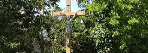Dans la Sarthe, querelles autour d'un Christ en croix