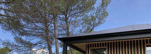 Il apporte sa touche d'architecte à des cabanes, poulaillers et abris en bois