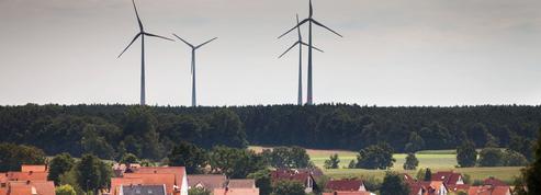 Peintes en noir, les éoliennes tuent moins
