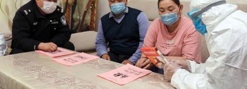 Au Xinjiang, les habitants émergent d'un confinement punitif