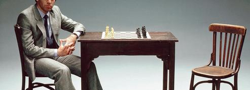 Aux échecs, l'habit fait-il le joueur?