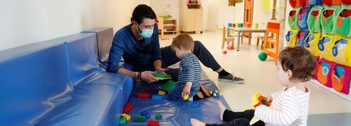 Le masque des adultes est-il un frein au développement des enfants?
