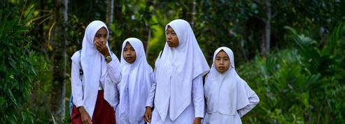 Dans les écoles indonésiennes, les filles subissent des pressions pour porter un voile islamique