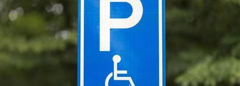 Handicapé, j'ai reçu un forfait post-stationnement (FPS), car je n'avais pas apposé ma carte dans l'auto.Mon recours a été rejeté… Que puis-je faire?