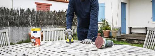 Rénover une table de jardin en bois