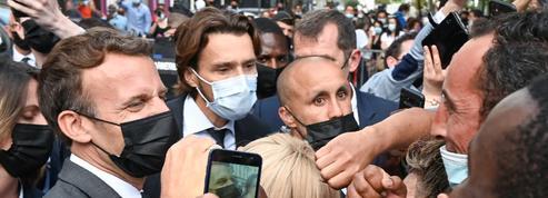 Emmanuel Macron giflé: des armes et un exemplaire de Mein Kampf retrouvés chez l'acolyte du gifleur