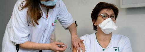 Covid-19: pour la vaccination, les soignants n'ont plus le choix