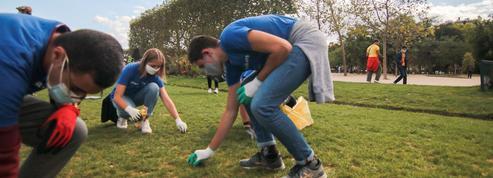 Masques, mégots: ces Parisiens qui nettoient leurs rues