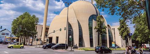 Dans les rues de Cologne, le chant du muezzin sème le trouble