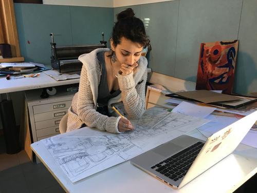 Guissanée, 19 ans, suit son cours d'art dans un studio sur deux niveaux prévus à cet effet.
