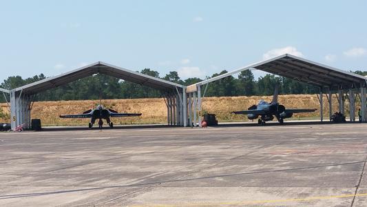 Les hangars des Rafales à Mont-de-Marsan. ©Marine Dessaux