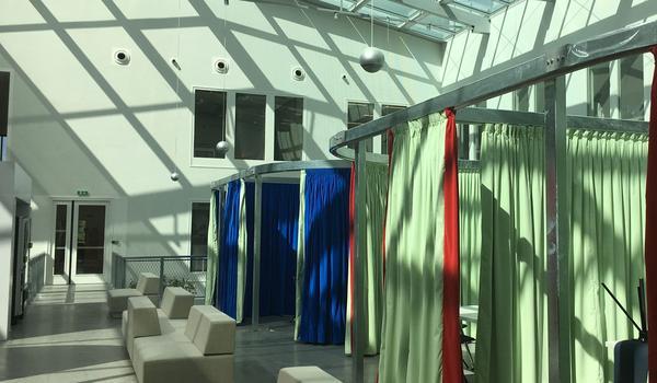 Des petites salles modulables avec des rideaux permettront d'organiser des réunions sous une verrière lumineuse.