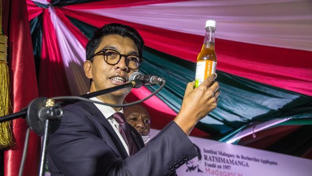 À l'instar d'Andry Rajoelina, président de Madagascar, promouvant un remède à base d'artemisia (à gauche), l'absence de vaccin contre le Covid-19 a créé un espace dans lequel certains s'engouffrent pour vendre des traitements miracles sans aucune validation scientifique.
