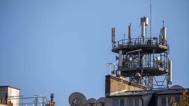 Une antenne 5G sur un toit parisien.