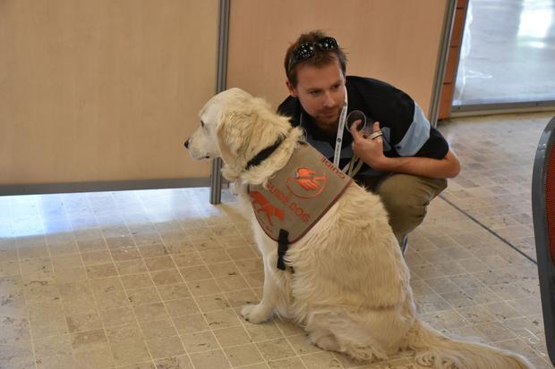 Jérôme et son chien guide lors d'un tournoi de bridge