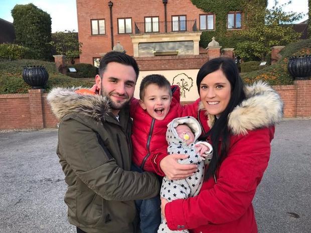 Jack Omer (à gauche) , un jeune père de famille résidant dans le comté d'Essex en Angleterre, est né avec une hémophilie A. Il a pris part à l'essai clinique qui a permis sa guérison.