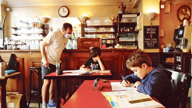 École: faute de classe, ils font cours dans un café