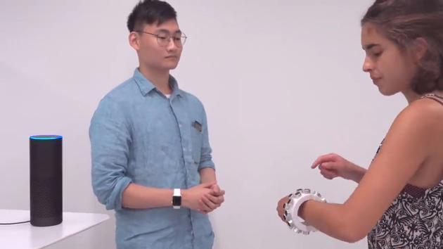 Un bracelet à ultrason pour protéger ses conversations des micros indiscrets