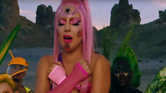 Lady Gaga fait son retour et son cœur bat d'un «amour stupide»