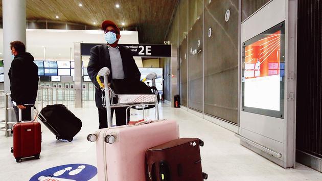 Aux arrivées de Roissy, les contrôles de tests PCR irritent les passagers