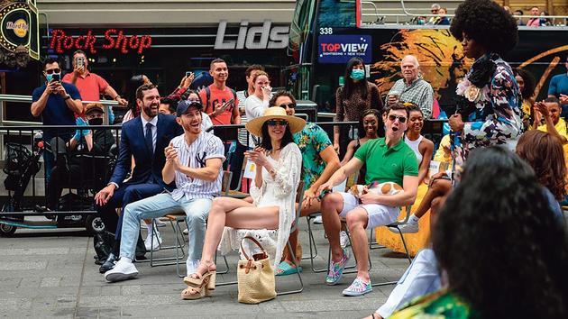 New York drops mask and celebrates comeback