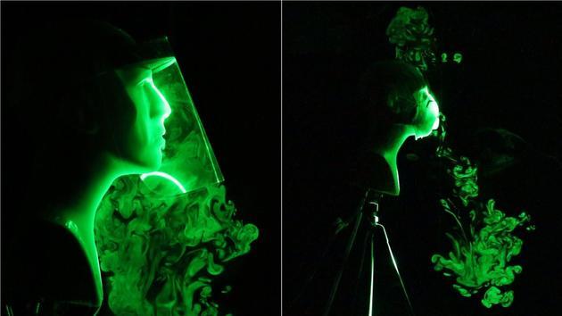 À gauche, simulation d'un éternuement ou d'une toux avec une visière ; à droite, avec un masque à valve.