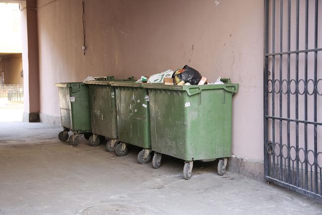 «Un copropriétaire fouille les poubelles de notre immeuble»