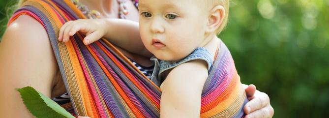Porte-bébé ventral ou écharpe de portage, lequel choisir ?
