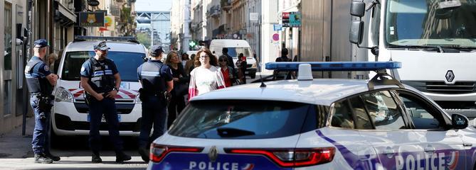 Explosion à Lyon: une centaine d'enquêteurs traquent le suspect