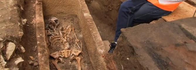 Elle vivait au temps des rois Dagobert, Sigebert et Childéric; sa tombe a été retrouvée à Cahors