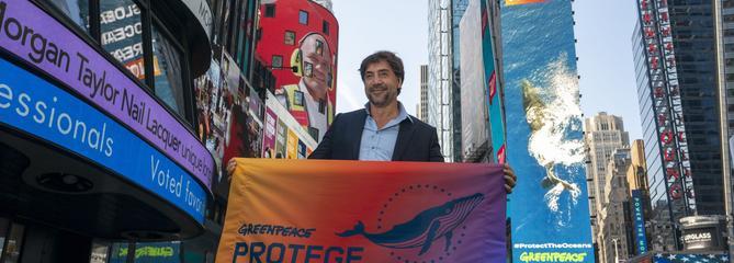 Javier Bardem manifeste seul au milieu de Times Square pour la sauvegarde des océans