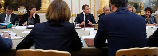 Emmanuel Macron met ses troupes sous pression