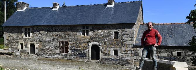 Fan de vieilles pierres, il restaure un manoir breton en solitaire
