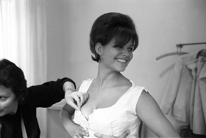 Claudia Cardinale durant un essayage en 1962.