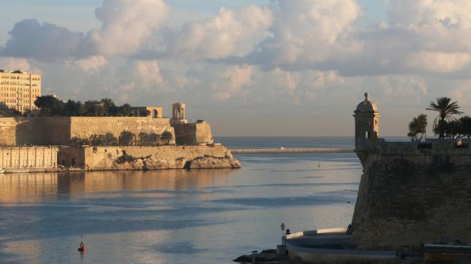 Embouchure du grand port entre le mémorial du siège de Malte en arrière plan et les jardins de Gardjola à droite. (Crédit: Pixabay)