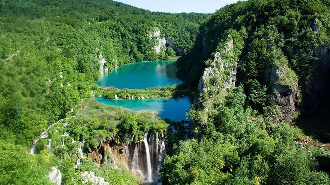 Parc national des lacs de Plitvice, avec une forte concentration de petites cascades.