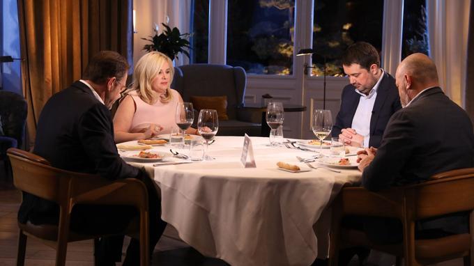 Les quatre membres du jury de  <i>Top chef</i> observent le plat de l'un des finalistes pendant le dîner de finale à Evian.