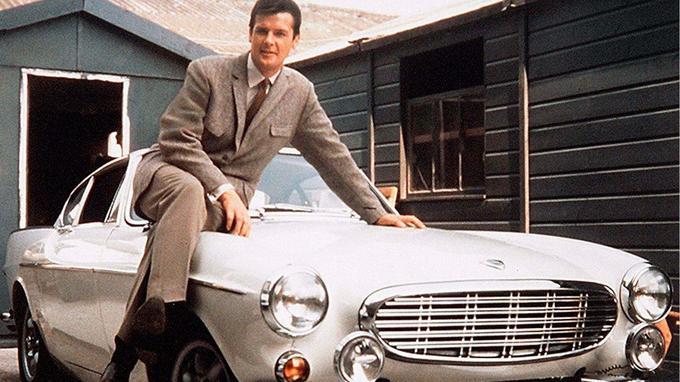 Le Saint, alias Simon Templar, roule dans un splendide coupé Volvo P1800