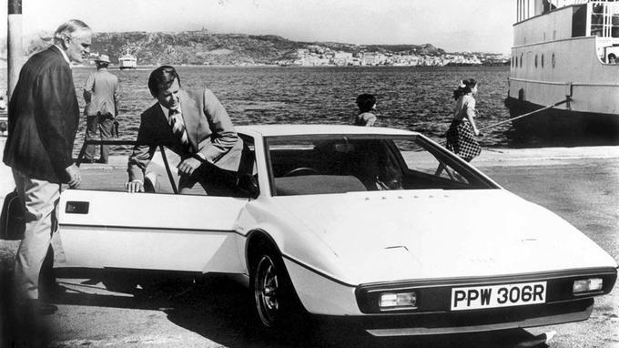 Q fournit à 007 sa nouvelle auto: une Lotus Esprit S1. «Maintenant, faites bien attention 007, je veux que vous preniez bien soin de ce matériel!»