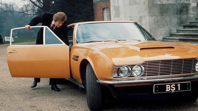 Lord Brett Sinclair et son Aston Martin DBS couleur «bahama yellow».
